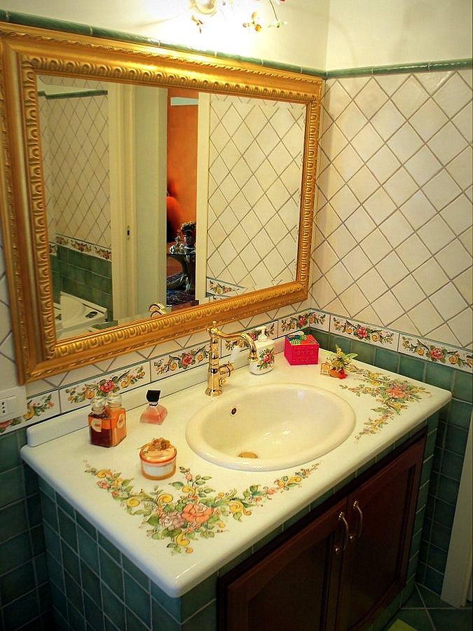 Bagni con ceramiche artistiche artigianali creart ceramiche - Decorazioni bagni foto ...