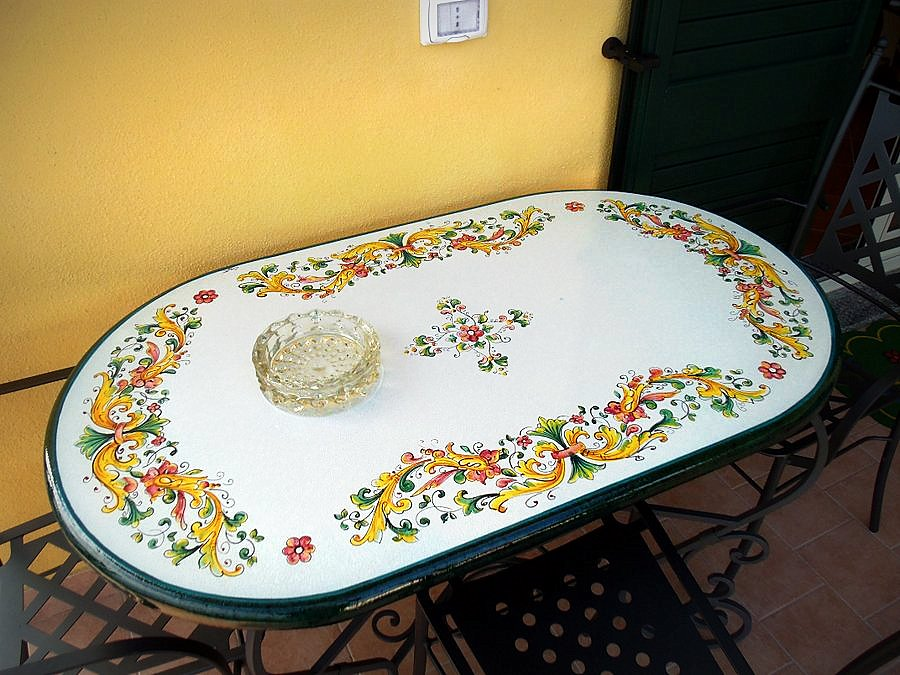 Tavoli Da Giardino Pietra Lavica.Tavoli In Pietra Lavica Smaltati Creart Ceramiche